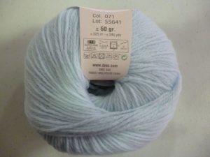 100% Baby N°71 de D.M.C coloris bleu ciel