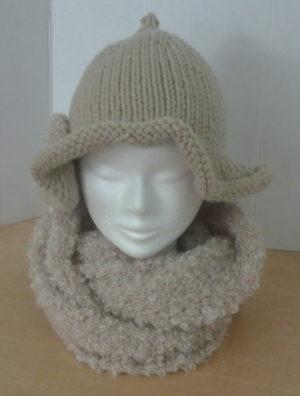 chapeau avec une fleur coloris beige