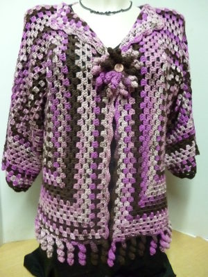 gilet granny au crochet coloris fuchsia, rose et marron