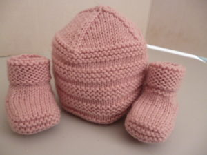 bonnet et chaussons en PARTNER 3.5 coloris vieux rose