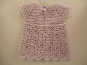 Robe layette au crochet coloris mauve et blanc